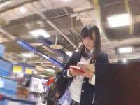 ミニスカ美少女パンチラ盗撮!店内から電車内まで後をつけて純白パンツ逆さ撮り