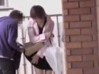 バッグで引っ掛けてスカートめくり!純白パンツ丸見えでも怒れないミニスカ女性