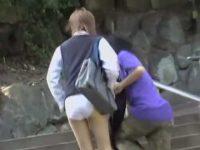 強襲スカート剥ぎ取り!純白パンツに破られた制服を巻きつけて逃げるミニスカ娘