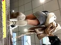 階段でパンチラ盗撮!ミニスカワンピースに狙いを定めズームで純白パンティー激写