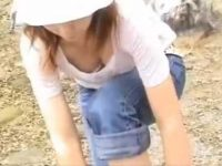 野外胸チラ盗撮!胸元が開いてても屈んでブラも深い谷間も見せてくれる若妻たち