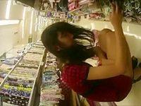 店内パンチラ盗撮!しゃがんでるミニスカ娘を狙うと突然立ち上がってパンツ丸見え