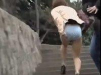 いきなりスカート剥ぎ取り!一瞬でパンツだけの恥ずかしい格好になり慌てる女性