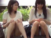 座りパンチラ盗撮!会話に夢中で2人並んで生足純白パンティーを見せてくれる娘たち