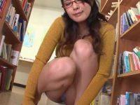 図書館でしゃがみパンチラを見せる露出美女!お股を両手で広げてマンスジも披露