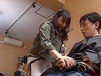 こっそりチ〇ポを握らされる美人美容師!断れずにシコシコすると一気に挿入される