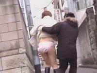 後ろから大きくスカートめくり!ピンクパンティー丸出しにされ転びそうになる美女