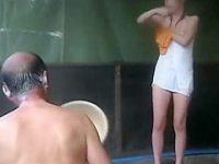 混浴風呂でワザとタオルをズラしてマンチラ!さり気なくチラ見するおじいさん