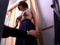 試着室セクハラ痴漢!爆乳娘のサイズを測る振りして触りまくり乳首を転がす店員