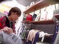 ショップ店員パンチラ盗撮!おすすめの商品を見せると純白パンツを見られる美女