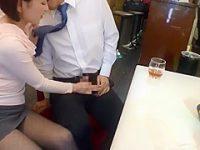 テーブルの下でこっそり手コキ!チ〇ポを隠して席を立つと店の外でハメさせる痴女