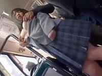 満員バスで優しく乳首を転がすとアヘ顔の制服美少女にチ〇ポをしゃぶらせる痴漢